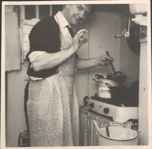 Simon Ploeg bakt oliebollen dec. 1961